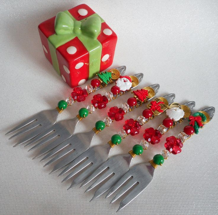 """""""Talheres Bordados é decorar as mesas com elegância e bom gosto. <br>São talheres em aço inox bordados com fio de alumínio e pedrarias, <br>que transformam um simples talher numa obra de arte. <br>Uma mesa bem-posta é um presente que todo mundo pode se dar todos os dias. <br>Talheres e acessórios brilhantes, uma toalha bonita e pequenos toques de decoração tornam qualquer momento mais especial. <br>Afinal, uma boa refeição deve ser saboreada também com os olhos!"""" <br> <br>Bordamos em todos…"""