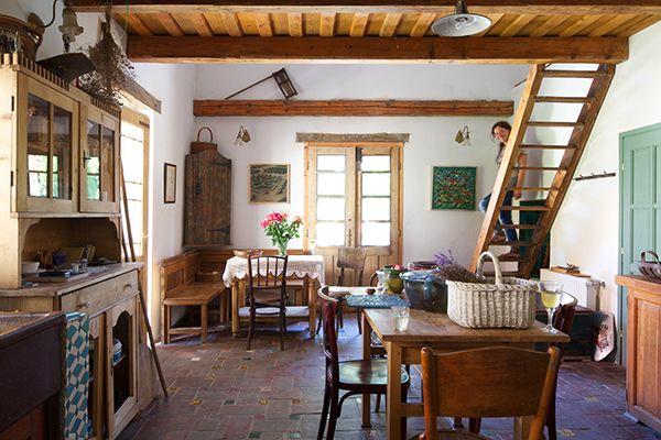 Nappali konyha étkező. Szép famunkálatok. Értékőrzés fiatalosan. Élhető nyugalom egy kis faluban. Vályogház.