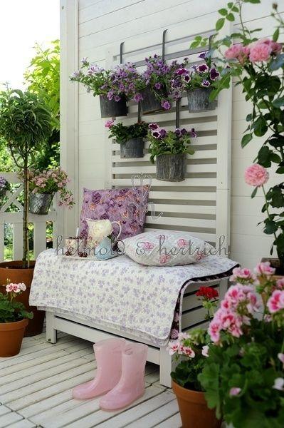 Zdjecie Wiszace Doniczki Na Azurowej Sciance Z Drewna Biala Skrzynia Ze Stelazem Na Doniczki Z Kwiatami Drew Outdoor Rooms Shabby Chic Garden Porch Decorating