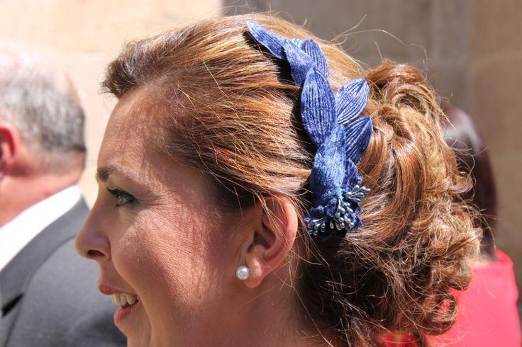 Yo con un detalle para la boda de mi hermano, semitiara de hojas de terciopelo en azul con flores de pistilos