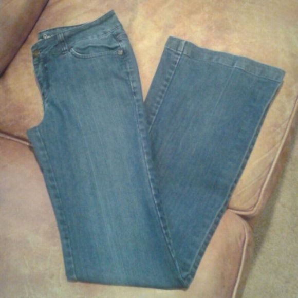 CLEARANCE American Rag Jeans Sz 5L American Rag Jeans...Sz 5L...super soft and comfy jeans...faux back pockets...worn few times...still in excellent condition American Rag Jeans