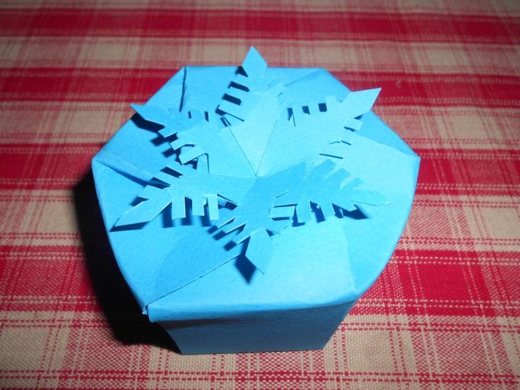 Snowflake-shaped box