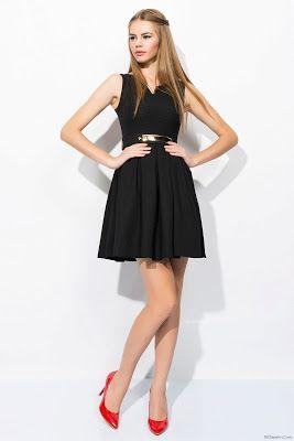 Outfit vestido negro con zapatos rojos