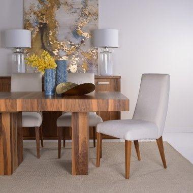 Avec sa base de type piedestal et son plateau d'une épaisseur de 4″, cette table de salle à manger met en valeur la toute la lumière et la chaleur du noyer. Sa rallonge de 20″ lui assure un côté pratique lorsque que des convives s'ajoutent.  Fait au Québec.
