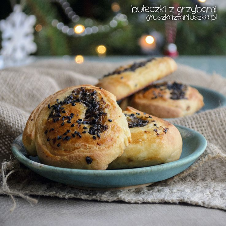 Przepis na pyszne, mięciutkie bułeczki z grzybami - doskonały dodatek do czerwonego barszczu lub jako drugie śniadanie!