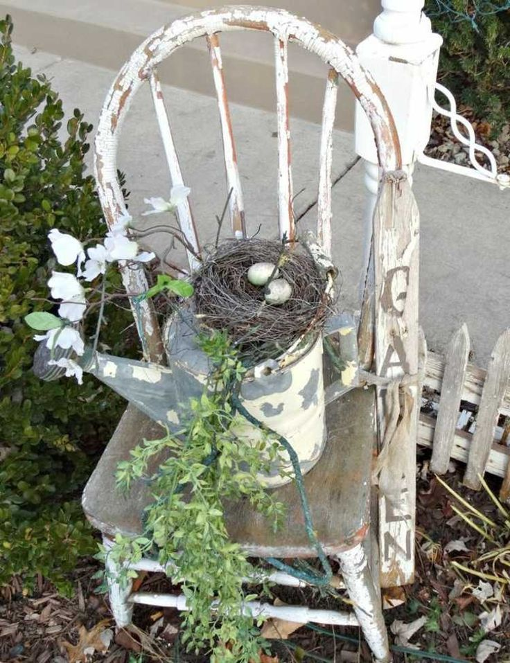 Hübsches Garten Arrangement Mit Einem Stuhl Und Einer Gießkanne