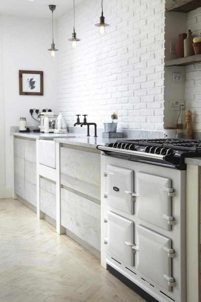 Cocina con pared de ladrillo blanco