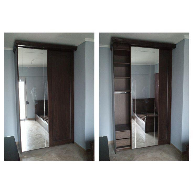 Ντουλάπα με συρόμενες πόρτες και καθρέφτη.