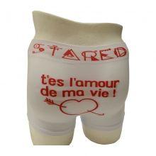 """Boxer homme avec écriture """"T'es l'amour de ma vie"""" et motif d'un coeur transpercé. Impression de la marque en mode fantaisie sur la taille. Tailles assorties : S/M - L/XL."""