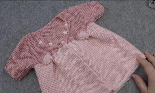 Sevgili hanımlar kız bebekler için haroşa örgü kısa kollu bebek hırka yapımını paylaşıyoruz sizlerle. Işıl haanımın örüp detaylı tarifini çektiği video da yaptığı bu hırka modeli bebeklere çok yakışacak. Hırkanın yaka detayı, çiçek süslemeleri ve bel arka kuşağı çok hoş olmuş. Işıl hanım modeli kartopu baby one 782, pudra 699 toz pembe 1 er yumak iple, 3.5 no şişle örmüş.   Haroşa Kısa Kollu Bebek Hırkası Yapımı