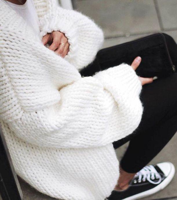 Un look d'automne avec un pull en maille blanc oversized