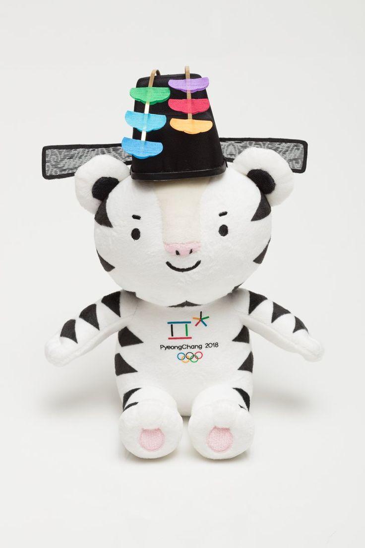 PyeongChang 2018 (@pyeongchang2018) | Twitter - PyeongChang 2018    Verified account     @pyeongchang2018    26 Dec 2017  #2018평창 동계올림픽·동계패럴림픽 메달리스트 시상품! 대회 챔피언들에게 최고 예우를 표현하는 디자인으로 제작된 마스코트 #수호랑 과 #반다비 입니다.  This mascot will be also awarded to the Olympic & Paralympic Champions!  #PyeongChang2018 #Champions #prize #Soohorang #Bandabi