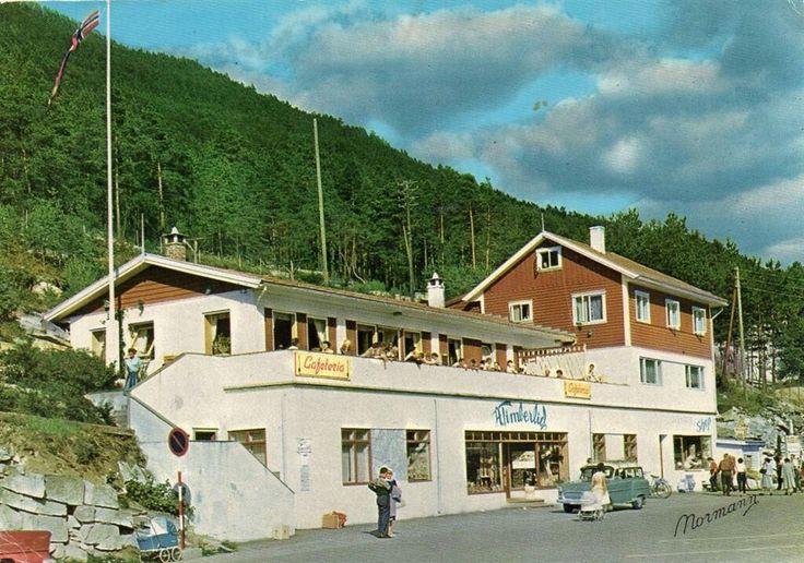 Sogn og Fjordane fylke Kaupanger. Timberlids Cafeteria med Opel stasjonsvogn utenfor. 1950-tallet utg Normann