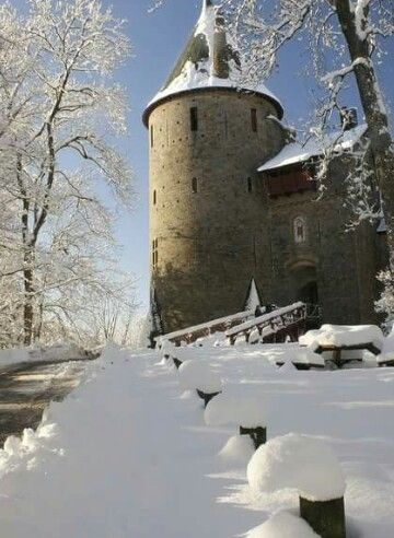 a look at the fortification of castles that dominated the middle ages Types and history of castles - fortified houses information and pictures types of castle and the fortified houses in the middle ages all but the most humble houses needed some form of defence a whole instead of a pure fortification.
