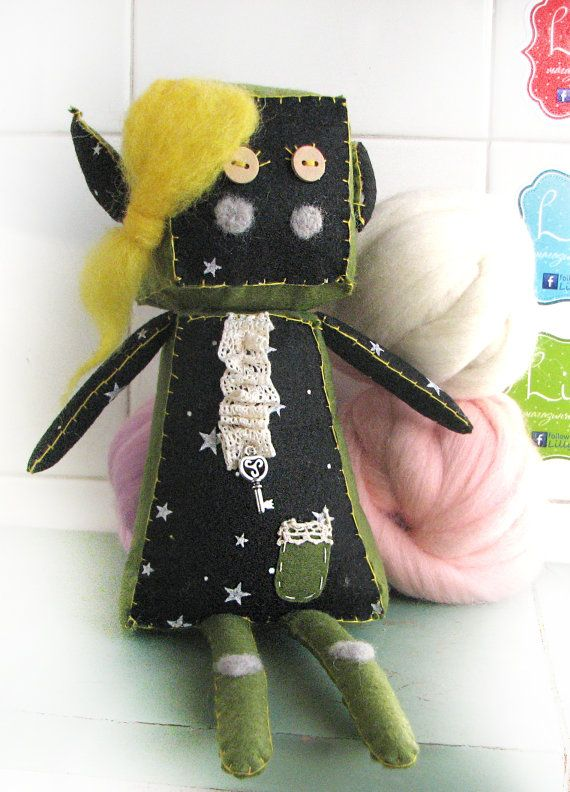 Robot felt with a long wool hair and a pocket by Lillymagazinche