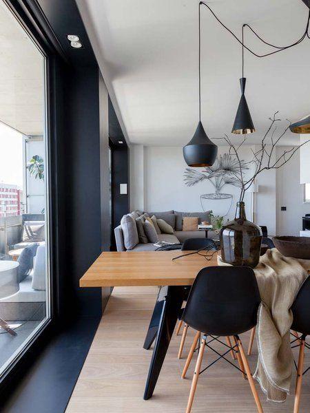 Acogedor piso contemporáneo en tonos blancos, negros y grises acompañados de maderas claras.