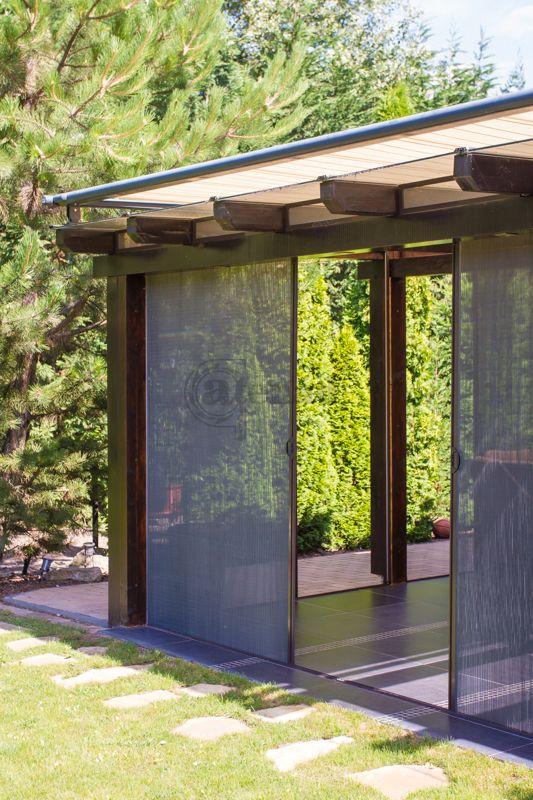 Egy hangulatos kerti terasz, mely használhatatlan volt a szúnyoginvázió miatt. A pliszével egy stílusos megoldás született és a hatalmas terasz élvezhetővé vált.