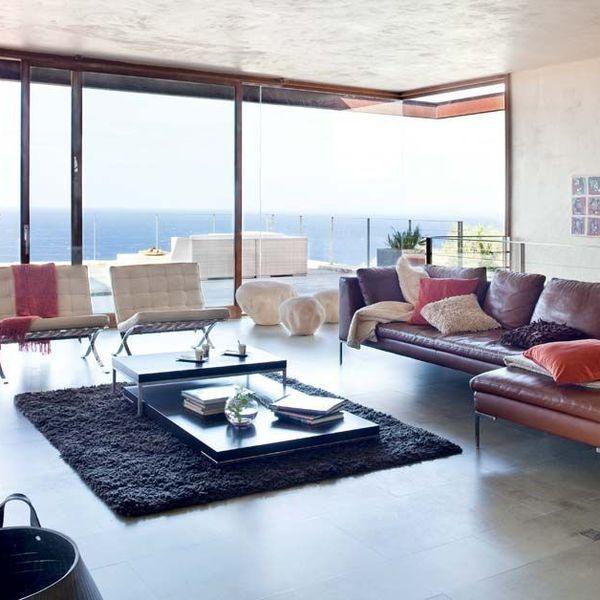 awesome dco salon de grandes baies vitres occupent toute la faade du salon moderne - Salon Moderne Bois