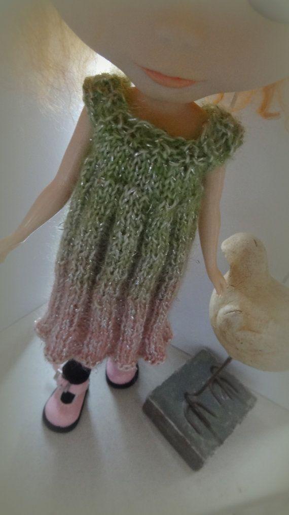 Handgemaakt Groen gebreide glitterjurk voor Blythe    Groene wol die langzaam verloopt naar roze met een klein zilveren draadje erdoor.    de jurk past