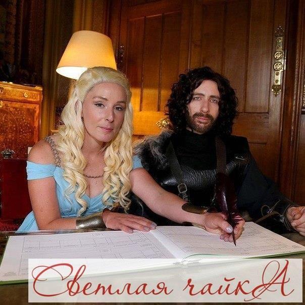 """Британская пара устроила свадьбу в стиле «Игры престолов»  Свадьба проходила в замке в Херефордшире. Гости также были одеты в костюмы своих любимых героев. Вдохновляйтесь вместе с нами! Ваша """"Светлая чайка"""".  _________________________________________   Звоните нам! ☎ 8.800.234.80.34 * звонок бесплатный  Наш сайт: WWW.SVE-CHA.RU  Наш адрес: ❤м. БЕЛЯЕВО, Москва, ул. Профсоюзная, д. 102, стр.1, ТЦ Ареал, 3 этаж, http://sve-cha.ru/contacts/belyevo.php…"""