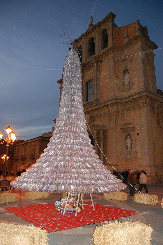 Albero di Natale dal riciclo di 1750 bottiglie di plastica a Niscemi (Sicilia)