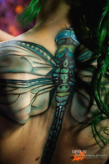 татуировка стрекозы на спине