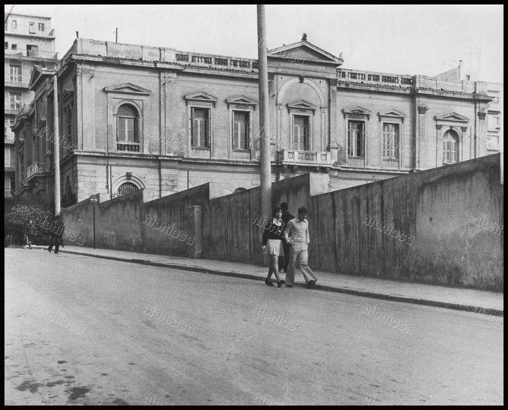 """Πειραιάς, το παλαιό Ταχυδρομείο από την Καραολή και Δημητρίου. Φωτογραφία από το βιβλίο του Στέλιου Β. Σκοπελίτη """"Νεοκλασικά σπίτια της Αθήνας και του Πειραιά""""."""