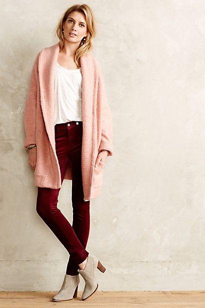 cardigan rosa con blusa blanca y pantalones burdeos