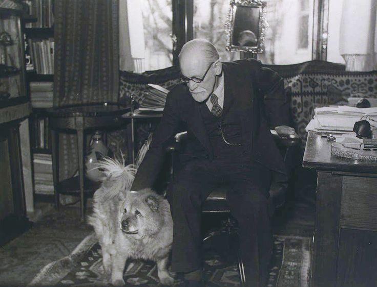 Фрейд в своем кабинете в Вене.
