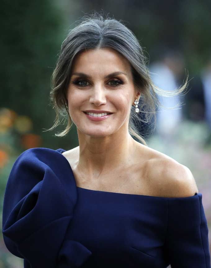 5 October 2018 - King Felipe and Queen Letizia visit Joan Mirò exhibition in Paris accompanied by French a President Emmanuel Macron and his wife Brigitte - dress by Delpozo Kate Middleton, Brigitte Macron, Estilo Real, Spanish Royal Family, Royal Queen, Emmanuel Macron, Vogue, Delpozo, Queen Letizia