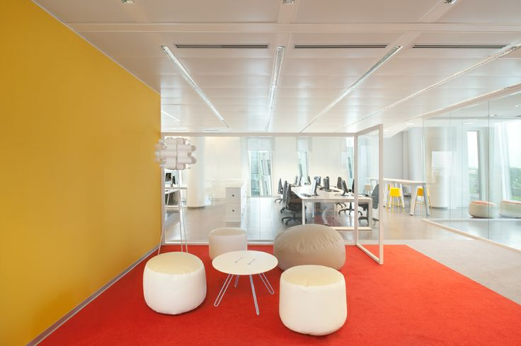 Ancora una sala riunione, in fondo gli uffici.