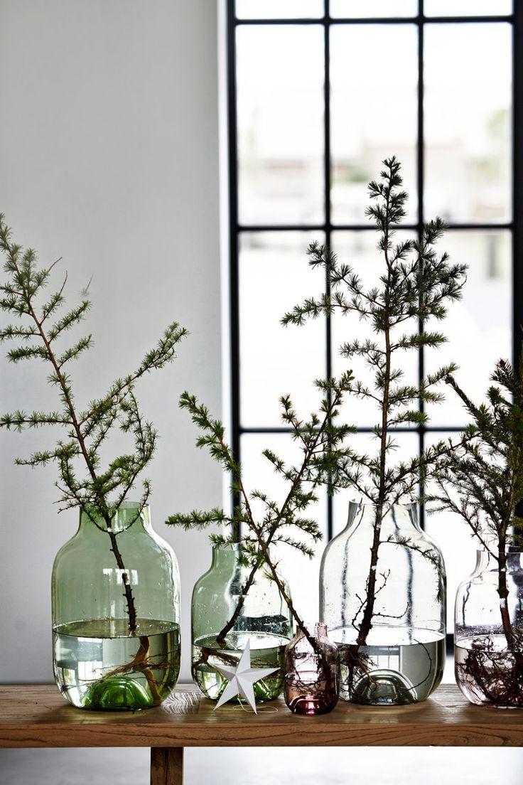 #Groene #vazen #vintage stijl: verrassende #woonitems met deze vintage stijl vazen waar je #kersttakken of andere #takken in kunt zetten.