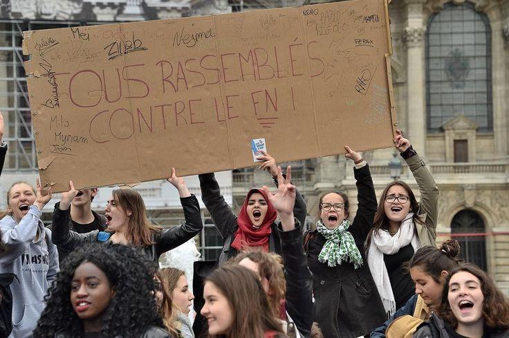 Manifestation d'une centaine de lycéens ce vendredi matin à #Lille place de la République contre le Front National. Photo Patrick James #lavoixdunord #nord #nordpasdecalais #instalille #hautsdefrance