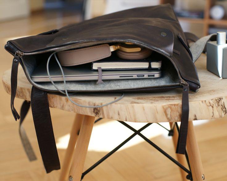 В рюкзак помещается MacBook 17 Pro и остается много места для других вещей. Он действительно очень вместительный и его можно брать в путешествие или деловую поездку.  #dichstore #wool #leather #craft #backpack #dichbackpack www.dichstore.com DICH store. Wool&Leather craft. in Sant-Petersburg. Since 2013.