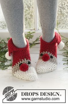 Crochet DROPS Christmas slippers in Eskimo. Sizes for children and adult.