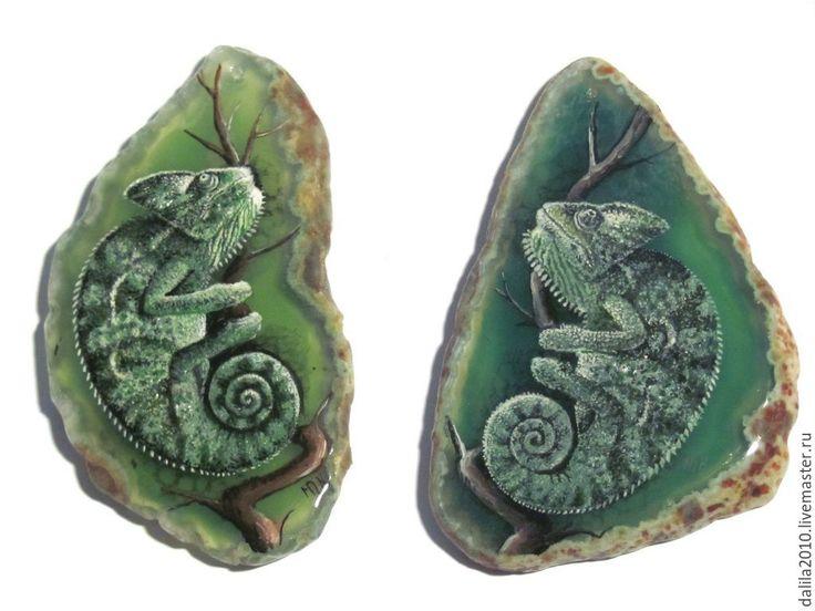 """Купить """"Маленький хамелеон"""" - зеленый, хамелеон, ящерица, авторская живопись, срез агата, натуральный агат"""