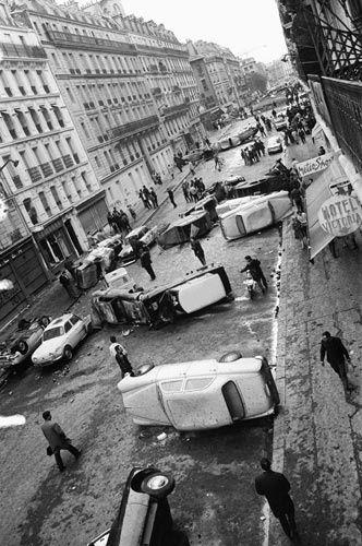 11 de Mayo de 1968 en el Barrio Latino de París..  La crisis de mayo del 68 en Francia surge al término de una década de prosperidad económica sin precedentes. Sin embargo, desde hacía un año se manifestaban los primeros síntomas serios de un grave deterioro de la situación económica. El número de desempleados aumentaba de forma notoria, y al empezar 1968 ya eran 500.000.