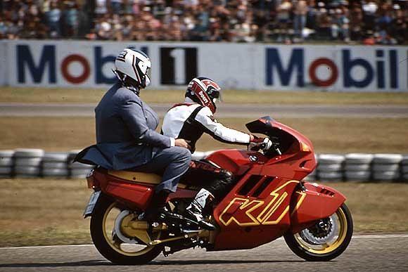 1989 Zwei Schwergewichte: Der damalige Bundeskanzler Helmut Kohl dreht als Sozius von Toni Mang eine Runde auf dem Hockenheimring. Mang war einer der besten deutschen Rennfahrer der Geschichte und wurde fünfmal Weltmeister, 1981 sogar in zwei Klassen. 1988 beendete er seine Karriere.