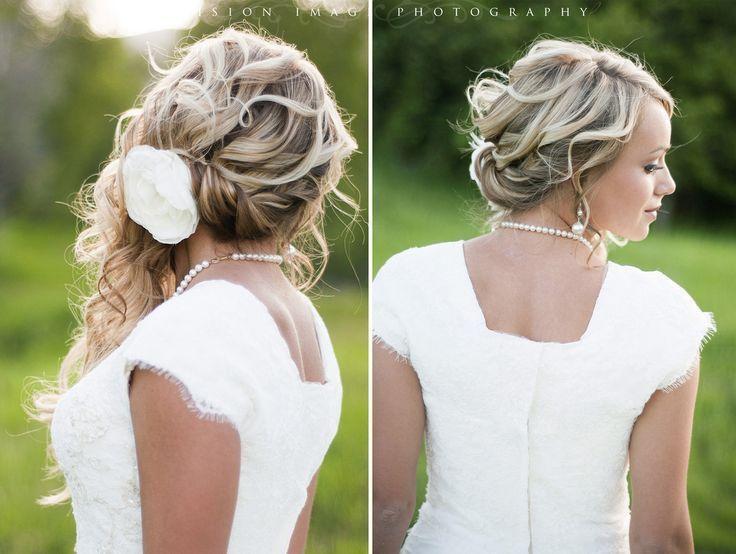 sieht aus wie lockere, wellige Hochsteckfrisur auf der einen Seite mit langen Locken auf der anderen Seite   - Wavey Hair Styles - #anderen #auf #AUS ...