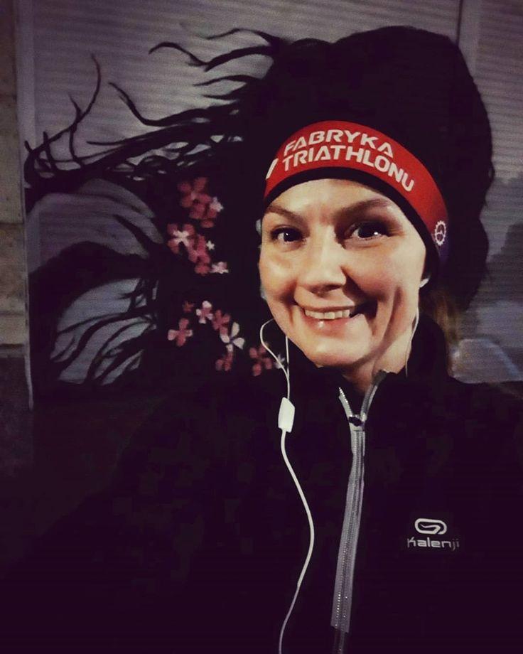 Kwiaty We Wlosach Potargal Wiatr Oj Wialo Dzisiaj Czekam Na Snieg Zimno Juz Mam Girl Running Triathlon Training Bike Run