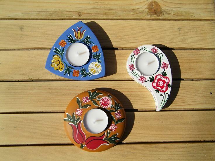 Lilla festette ezeket az asztali gyertyatartokat.