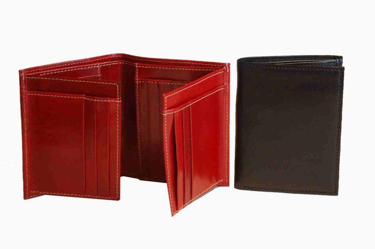Praktická kožená peňaženka vyrobená z prírodnej kože. Kvalitné spracovanie a talianska koža. Ideálna veľkosť do vrecka a značková kvalita pre náročných. Overená kvallita pravej kože.  1 x oddelenie na bankovky 2 x oddelenie na doklady 12 x vrecko na platobné karty 6 x ploché vrecko  http://www.odora.eu/produkt/kozena-penazenka-c-8194/
