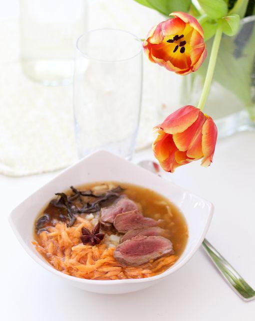 Delicious pho soup with meat. Ihanan mausteinen pho-keitto valmistuu hetkessä, jos muistaa tehdä esivalmistelut ajoissa.