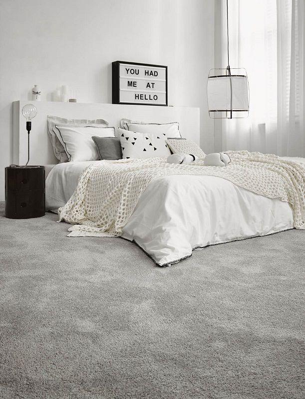 Kamerbreed tapijt in zilvergrijs verwarmd de sfeer in de slaapkamer. @dessohomenl