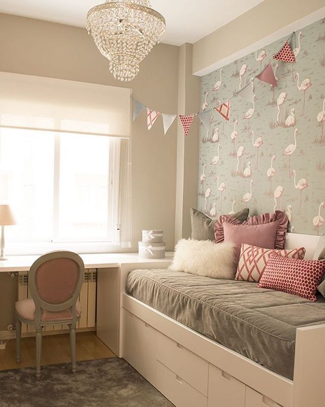 Branco + cinza + rosa em uma linda combinação para quarto de menina. Destaque para o papel de parede de flamingos (estampa totalmente em alta) e o lustre bem feminino. Foto não autoral! #quartodemenina #decor #mãedemenina #flamingo #design #decoração #bedroom #quarto
