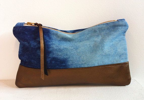 UPCYCLED Denim embrague. Bolsa de sombreado blanqueado. Cartera de cuero bronce.