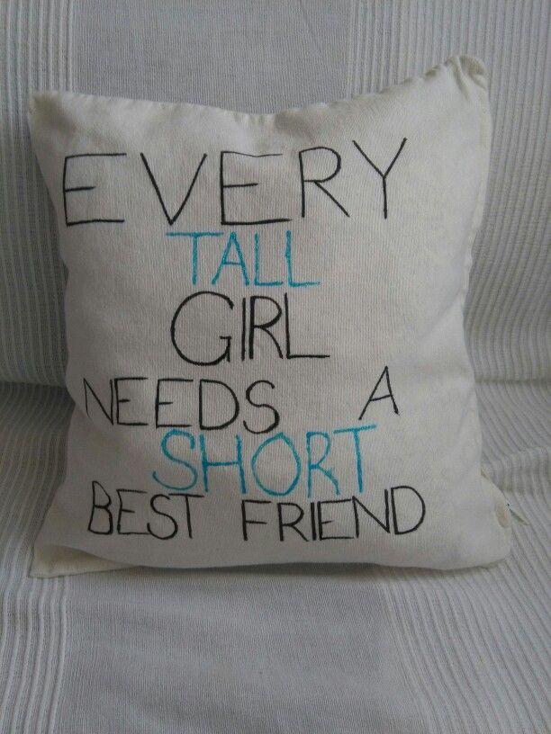 """Poszewka inspirowana zdjęciem koszulek z takim i odwróconym napisem. Moja przyjaciółka dostała na Święta tą z napisem """"Every short girl needs a tall best friend"""". Myślę, że to całkiem słodki pomysł na prezent"""