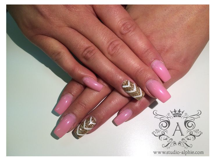 Small chevron pattern with all baby pink nails.