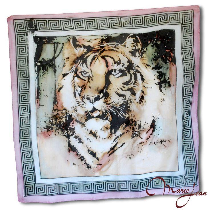 Maľovaná hodvábna šatka – PINK TIGER symbolizuje kráľa všetkých zvierat a jeho dravosť. Tiger je symbolom odvahy, sily a elegancie. Potešte svojim známych alebo seba krásnym hodvábnym darčekom.  S hodvábnou šatkou PINK TIGER si dodáte odvahu, silu a eleganciu v jednom.