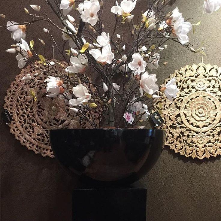💕 prachtige zijden Magnolia stuk in hoogglans zwarte zuil en pot! #stylerz24 #styling #decoratie #musthave #magnoliaboom #magnolia #hoogglans #zwart #silk #flowers #zijdenbloemen #interieur #lifestyle